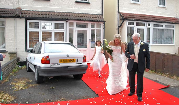 Невеста шла по красному ковру от дома до церкви!